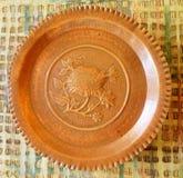 Piatto di rame con un girasole immagine stock