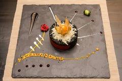 Piatto di risotto nero con l'inchiostro del calamaro fotografie stock libere da diritti
