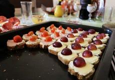 Piatto di saporito con formaggio, il prosciutto, il pomodoro e l'uva Immagini Stock Libere da Diritti