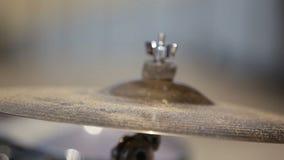 Piatto di schianto con la sabbia Primo piano del piatto del tamburo stock footage