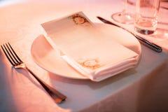 Piatto e coltelleria sulla tavola in ristorante Immagine Stock
