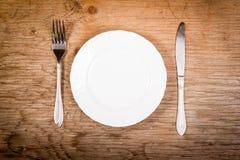 Piatto e coltelleria vuoti sulla tavola Immagine Stock Libera da Diritti