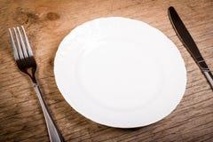 Piatto e coltelleria vuoti sulla tavola Immagini Stock