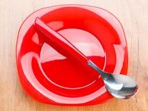 Piatto e cucchiaio, rosso luminoso e luminoso moderni Fotografia Stock
