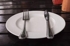 Piatto e forcella bianchi di Knift Fotografia Stock Libera da Diritti