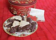 Piatto floreale rosso del biscotto al burro fotografie stock