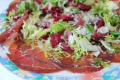 Piatto fresco del bresaola, in insalata Fotografia Stock