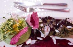 Piatto gastronomico delizioso di consistere del purè e di pochi medaglioni Fotografie Stock Libere da Diritti