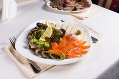Piatto gastronomico della carne fresca con la verdura ed i limoni Immagini Stock Libere da Diritti