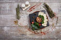 Piatto gastronomico su un fondo di legno della tavola con le spezie fotografie stock
