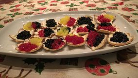 piatto giallo, rosso e nero del caviale del pesce sulla tavola della festa del chrismast video d archivio