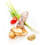 Piatto greco famoso di souvlaki su un piatto bianco Fotografia Stock Libera da Diritti
