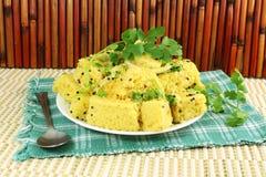 Piatto indiano degli alimenti a rapida preparazione dello spuntino di gujrati di dhokla di Khaman Fotografia Stock Libera da Diritti