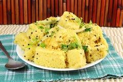 Piatto indiano degli alimenti a rapida preparazione dello spuntino di gujrati di dhokla di Khaman Immagine Stock Libera da Diritti