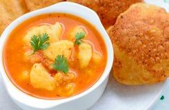Piatto indiano del pasto-sugo servito con flatbread fritto Fotografia Stock Libera da Diritti