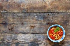 Piatto indiano delle lenticchie gialle in una ciotola blu su un fondo di legno Mung Daal, Sambar, curry del dal su fondo di legno fotografia stock libera da diritti