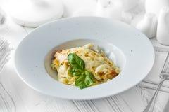 Piatto italiano classico delle lasagne al forno in una ciotola immagine stock