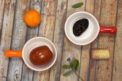 Piatto marinato della prugna in rosso Pomodori marinati in piatto arancio Fotografie Stock