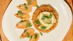 Piatto Mediterraneo di riso con i gamberetti video d archivio