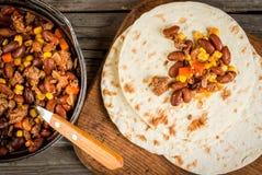 Piatto messicano tradizionale - carne di manzo con salsa al peperoncino rosso Fotografia Stock