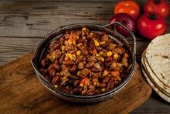 Piatto messicano tradizionale - carne di manzo con salsa al peperoncino rosso Fotografie Stock Libere da Diritti