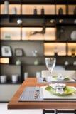 Piatto moderno di stile messo sulla tavola Fotografia Stock
