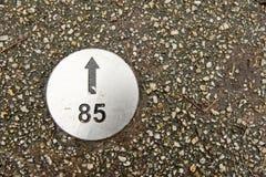 Piatto numerato di direzione in pavimentazione fotografie stock libere da diritti