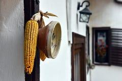 Piatto ornamentale e cereale ceramici rustici che appendono sulla parete fotografia stock libera da diritti