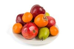 Piatto in pieno dei frutti su bianco Fotografia Stock
