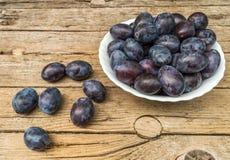 Piatto in pieno delle prugne fresche Fotografia Stock Libera da Diritti