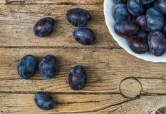 Piatto in pieno delle prugne fresche Fotografie Stock
