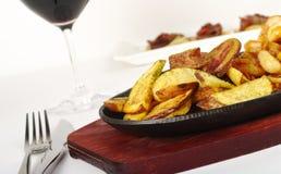 Piatto principale: Fette fritte della patata immagini stock
