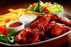 Piatto principale gastronomico con Fried Chicken e salse immagini stock