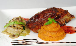 Piatto principale: Nervature in salsa rossa immagine stock