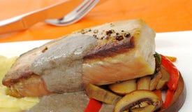 Piatto principale: Sgombro mediterraneo con le verdure immagine stock