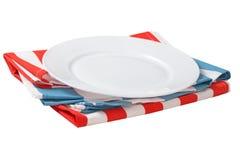 Piatto pulito vuoto bianco sui vestiti della cucina isolati immagine stock libera da diritti