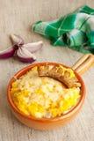 Piatto rumeno tradizionale con la poltiglia e i chees del cereale Fotografie Stock Libere da Diritti