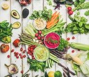 Piatto sano dello spuntino del vegano di estate per il partito vegetariano, fondo di legno fotografie stock