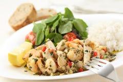 Piatto sano di pollo fritto e di gamberetti con crescione e wh immagine stock libera da diritti