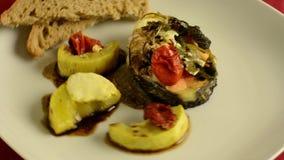 Piatto sano, oncorhynchus keta arrostito con le verdure nel piatto verde Rotazione del video di HD archivi video
