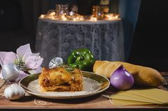 Piatto scuro saporito delle lasagne al forno del pollo immagini stock