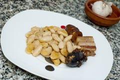 Piatto spagnolo tipico dello stufato asturiano del fagiolo immagine stock libera da diritti