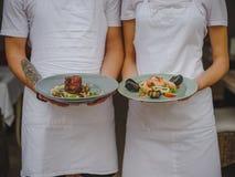 Piatto squisito di pesce e della carne per la cena per due genti Cucina di Proffessional Carne fresca, gamberetto, cozze fotografia stock