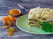 Piatto sudafricano del bobotie stratificato con i pancake Fotografie Stock