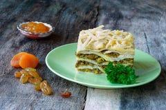 Piatto sudafricano del bobotie stratificato con i pancake Fotografia Stock