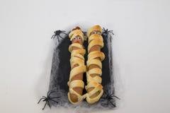 Piatto tipico della mummia delle salsiccie di Halloween immagini stock libere da diritti