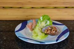 Piatto tropicale dei gamberetti in una vongola con insalata Fotografie Stock