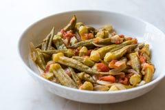 Piatto turco del gombo dell'alimento con i pomodori e le fette/Bamya della cipolla fotografia stock libera da diritti