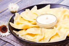 Piatto ucraino, russo o polacco: varenyky, vareniki, pierogi, pyrohy Gnocchi, riempiti di formaggio dell'agricoltore della ricott Fotografie Stock Libere da Diritti