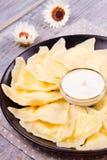 Piatto ucraino, russo o polacco: varenyky, vareniki, pierogi, pyrohy Gnocchi, riempiti di formaggio dell'agricoltore della ricott Immagine Stock